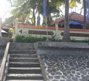 Hoteleingang von der Meerseite Nusa Indah Bungalows & Villa