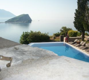 2. Pool Hotel Avala