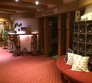 Kachelofen im Eingang mit Sitzbank WellVital Hotel Tyrol