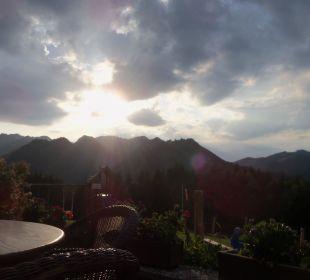 Blick auf die Berge von der Außenterrasse  Berggasthaus Weingarten