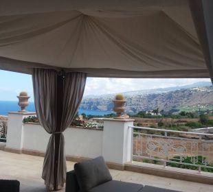 Seiten-Terrasse mit Aussicht auf Küste und Berge Hotel Riu Garoe