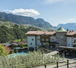 Hotelansicht mit Blich Richtung Meran Hotel Zirmerhof