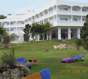 Haupthaus mit Liegewiese Hotel Louis Zante Beach