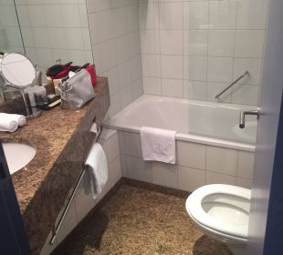 Enges Badezimmer K+K Hotel Central