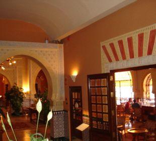 Von der Treppe kommend, Blick in die Bar Hotel Alhambra Palace