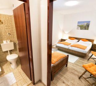 Doppelbettzimmer mit Zustellbett und Gartenblick BergPension Lausegger