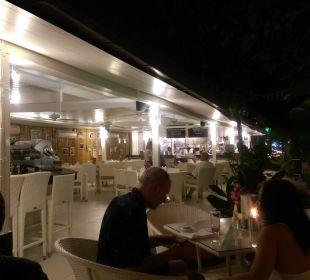 Restaurant und Rezeption bei Nacht K Hotel