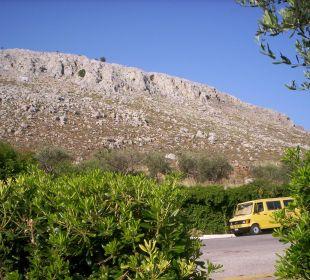 Berg Kavaros vorm Hotel mit Hotel eigenem Bus Hotel Karavos