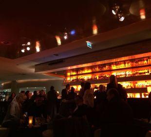 Unterhaltung an der Bar Dorint Hotel am Heumarkt Köln