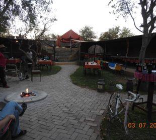 Lagerfeuer und Musik am Abend Etosha Safari Camp