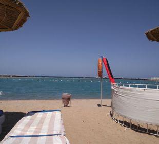 Blick zwischen den Liegen auf das Meer Dana Beach Resort