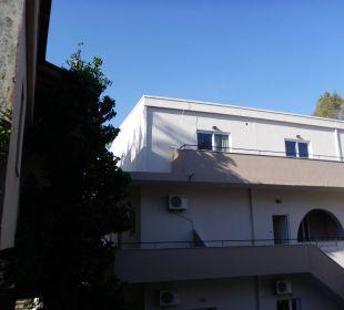 Blick vom Balkon zum anderen Hotel. Hotel Corissia Beach