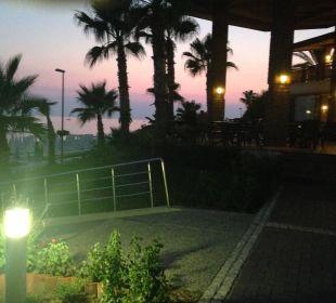 Beachbaarterrasse abends. Hotel Horus Paradise Luxury Club
