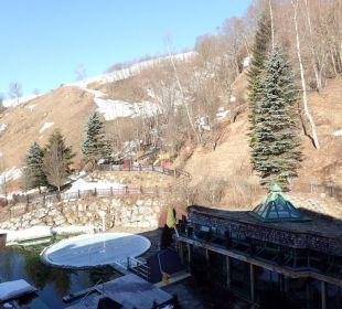 Ausblick vom Balkon zum Außenpool Gartenhotel THERESIA