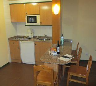 Küche, zur Begrüßung gab es eine Flasche Rotwein Hotel Hacienda San Jorge