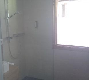 Dusche (mit besagtem Fenster zum Schlafzimmer) Hotel Heigenhauser