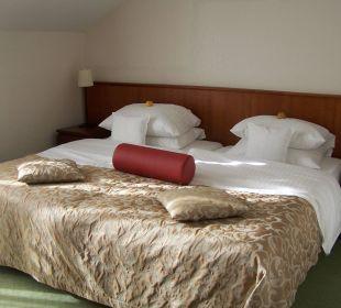 Blick auf das Doppelbett Ringhotel Zum Stein