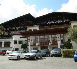 Aussenansicht vom Parkplatz aus Sporthotel Ellmau