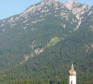 Vom Balkon zur Kirche Garmisch Hotel Zugspitze