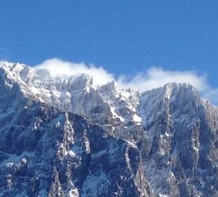 Zugspitze von der Hotelterrasse aus im Winter Leading Family Hotel & Resort Alpenrose