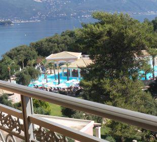 Widok na morze/basen z lobby bar Hotel Grecotel Eva Palace