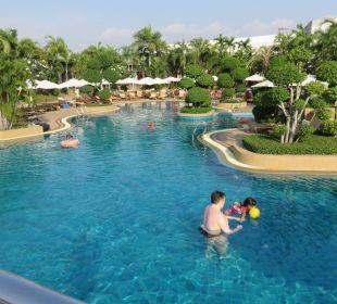 Der Pool von der Brücke aus Fotografiert Thai Garden Resort