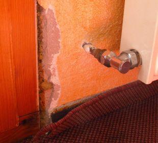 Schäden und unappetitlicher Spanntepich Berghotel Madlener