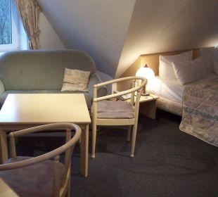 Sitzecke und Doppelbett KurparkHotel Warnemünde