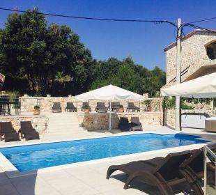 Pool Baroni mit Sonnenliegen, obere Sonnenterrasse Pension Villa Baroni