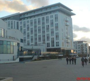 Hotel, im Vordergrund das Spa a-ja Warnemünde. Das Resort.