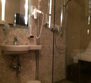 Waschtisch und Dusche Hotel Fronfeste