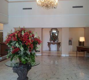 Schöne Lobby mit echten Blumen Hotel De La Paix