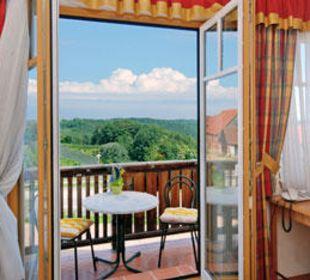 Zimmer,  Balkon und Ausblick auf die Oststeiermark Gasthaus Kramerwirt