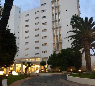 Hotelansicht von der Eingangsseite/Einkaufsstraße SENTIDO Playa del Moro