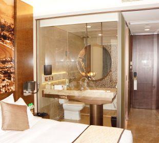 Bett mit Blick zum Badezimmer Hotel Harbour Grand Hong Kong