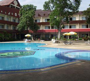 Großer Pool im Innerhof Haupthaus. Hotel Pattaya Garden