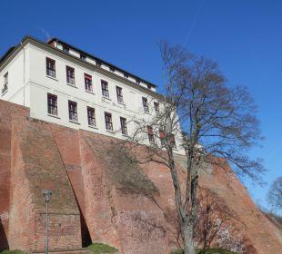 Das Hotel mit Burgmauer an der Elbseite  Ringhotel Schloss Tangermünde