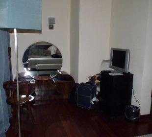Minibar, TV und Regal im Zimmer 102