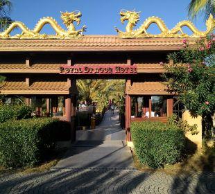 Hoteleingang von der Strandseite  Hotel Royal Dragon