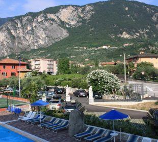 Blick auf den Pool und den vorderen Parkplatz Residenza Le Due Torri