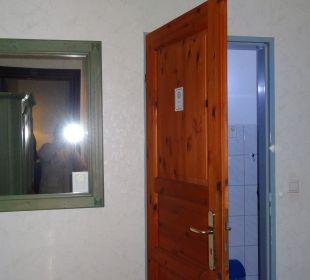 Geöffnete WC - Tür vor dem Bett Hotel Villa Alice