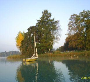 Früh am Morgen mit dem Ruderboot Inselhotel Faakersee