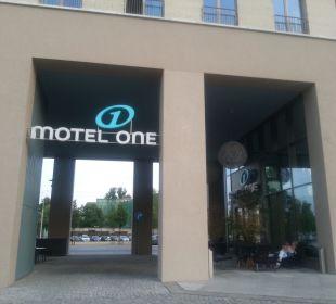 Eingang Bar Motel One Dresden am Zwinger