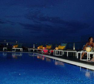 Nachtleben bei der Poolbar Hotel H10 Marina Barcelona