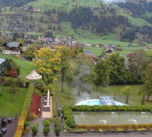 Blick vom Zimmerbalkon auf den Garten mit Pool Lenkerhof gourmet spa resort