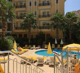 Ausblick von der Lobby zum Pool Hotel Artemis Princess