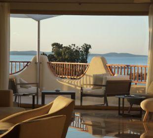 Blick durch die Lobby  CalaCuncheddi Resort & Marina