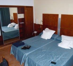 Doppelzimmer sicht auf den Schrank Hotel Simbad