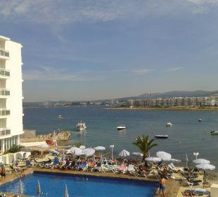 Blick vom Balkon auf Pool und Meer Fiesta Hotel Milord
