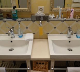 Zwei Waschbecken in der Junior Suite Lenkerhof Gourmet Spa Resort